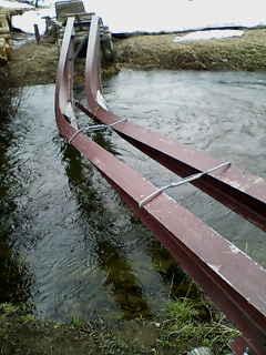 尾瀬の原にかかりし橋、雪の重さ