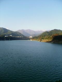 ダムサイドからの赤谷湖と谷川